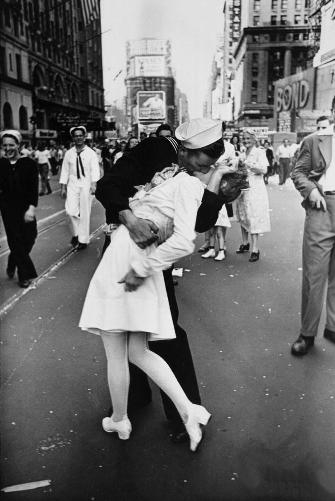Alfred-Eisenstaed-il-bacio-della-vittoria