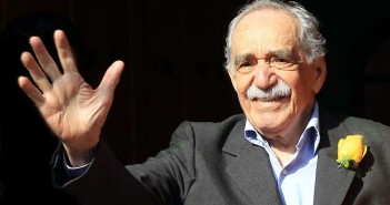 MEX22. CIUDAD DE MÉXICO (MÉXICO), 06/03/2014.- El escritor colombiano Gabriel García Márquez saluda sonriente a un grupo de periodistas hoy, jueves, 6 de marzo de 2014, afuera de su residencia en Ciudad de México (México). El Premio Nobel de Literatura de 1982 cumple hoy 87 años. EFE/Mario Guzmán